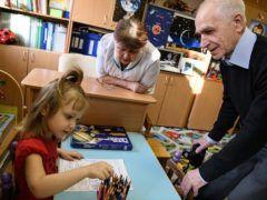 Руководитель детского сада Василий Щибриков с воспитанницей © Донат Сорокин/ТАСС