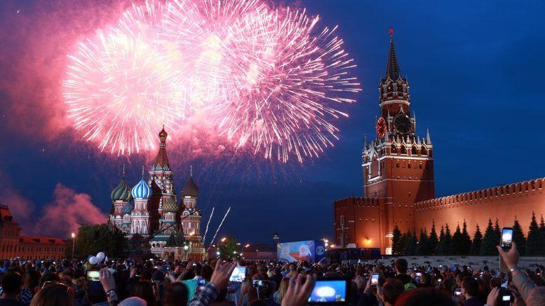 Салют на Красной площади 12 июня в честь Дня России © Сергей Фадеичев/ТАСС