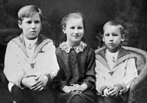 © ТАСС Леня, Нина и Миша Савичевы — братья и сестра Тани Савичевой, 1934 год