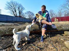 Ветеринар зоопарка Виктор Агафонов с Астрой и Эльзой © Юрий Смитюк/ТАСС