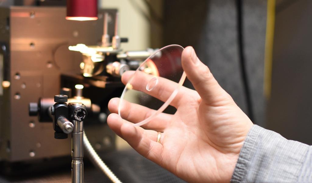Супердолговечный диск разработан в Российском химико-технологическом университете имени Д.И. Менделеева. Он может хранить информацию около 100 тысяч лет, так как сделан из прочного кварцевого стекла, которому не страшны вода, радиация и так далее.