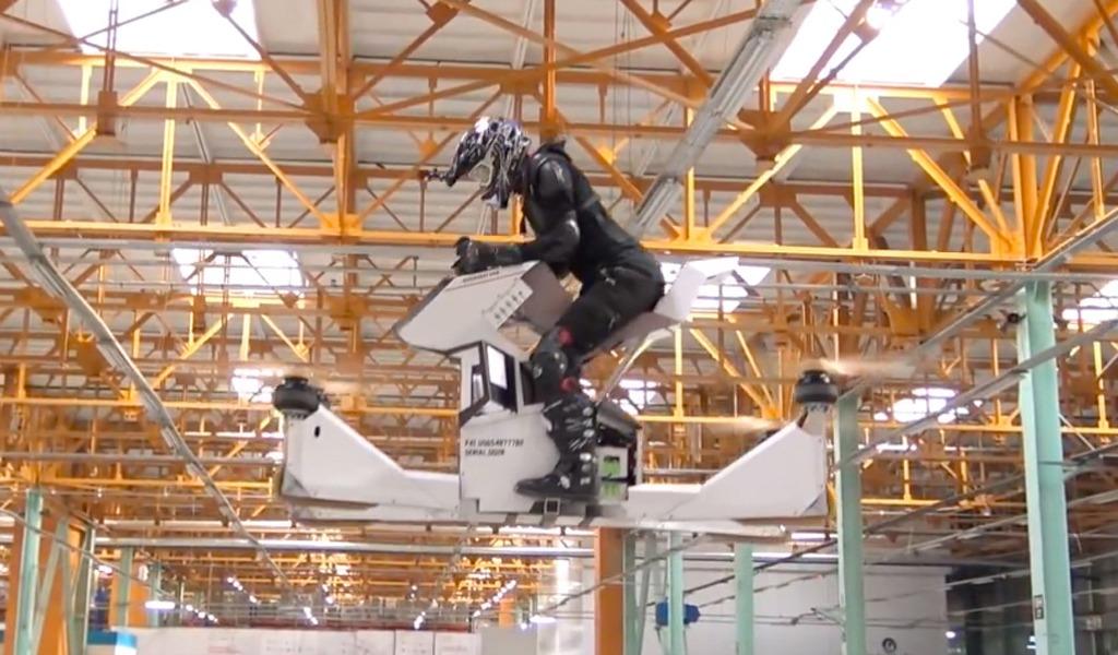 Мотоцикл от российской компании Hover Surf действительно умеет летать. Управлять мотоциклом, взлетать и приземляться можно с помощью встроенных джойстиков. Называется транспорт Scorpion-3.