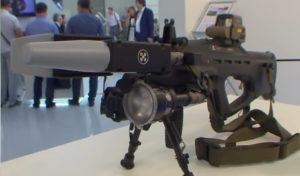 Против дронов теперь есть оружие. Это ружье REX-1 от концерна «Калашников». Оно не стреляет пулями, а подавляет GSM-сигналы и Wi-Fi, заставляя устройство опуститься.