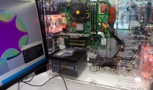Это компьютер «Эльбрус 101-РС», такие недавно начала выпускать «Росэлектроника». Один ПК стоит около 70 000 рублей. Внутри одноядерный микропроцессор «Эльбрус-1С+» с частотой 800 МГц.