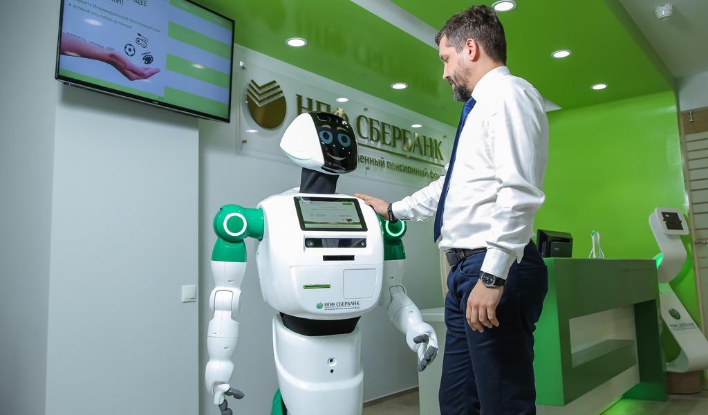 В московских отделениях «Сбербанка» работают вот такие роботы от компании Promobot. Они собирают отзывы клиентов о работе банка и управляют электронной очередью.