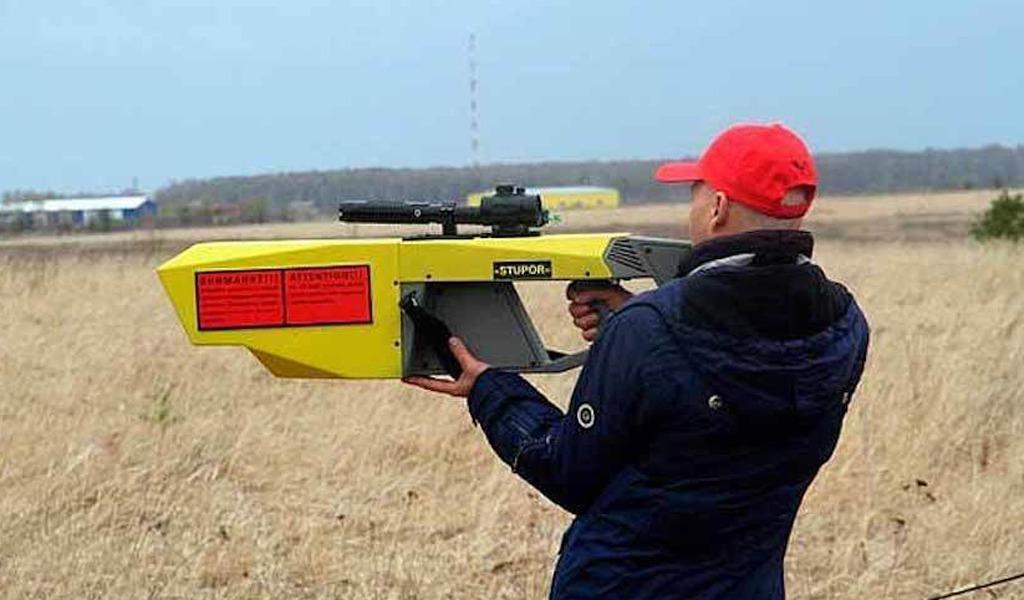 Много дронов бывает, и электромагнитная пушка с забавным названием «Ступор» должна это исправить. Она глушит сигналы управления беспилотников в пределах 2 км прямой видимости. Создали пушку в центре при Минобороны РФ.