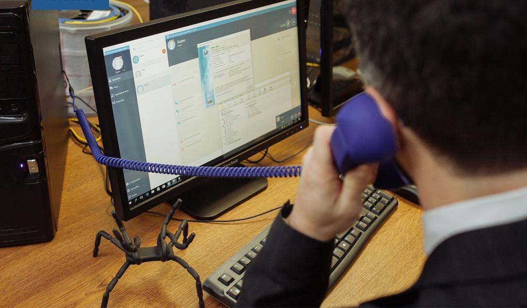 Квантовый телефон от компании «ИнфоТеКС» и МГУ. Он позволяет соединять рабочие станции с установленным ПО ViPNet и шифровать трафик между ними с использованием квантового распределения ключей.