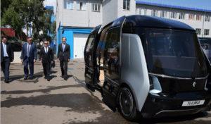 Беспилотный электрический автобус «Шатл» разрабатывается концерном «КАМАЗ» и научно-исследовательским автомобильным и автомоторным институтом (НАМИ). За управление отвечают датчики, радары, видеокамеры, 16 сонаров.