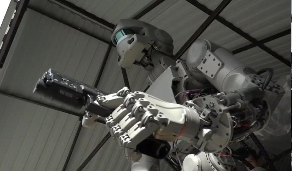 Это не кадр из фантастического боевика, это отечественный робот Федор. Он, конечно, изобретен не в этом году, но не перестает учиться новому. Стрелять с двух рук, например.