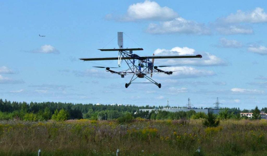 Еще один грузовой летательный аппарат от компании Дронстрой. Он предназначен для поставки лекарств и товаров весом до 10 кг, может пролететь до 100 км.