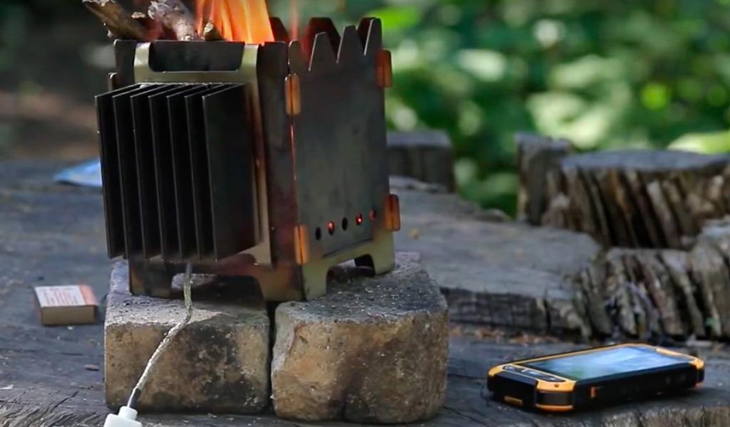 Стартапер Айдар Хайруллин создал устройство Tengu, которое заряжает гаджет от огня. Тепло, которое выделяется в процессе горения, преобразует в электроэнергию термоэлектрический генератор. Зарядка стоит 6 000 рублей.