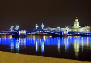 Большие мосты Петербурга через Неву украсили художественной подсветкой к Новому году