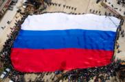 Гигантский флаг РФ и воспоминания участников. Юбилей Крымской весны отметили в Севастополе