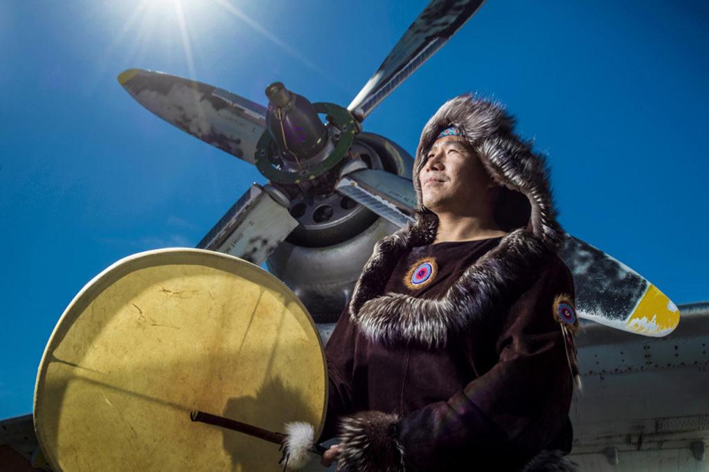 Многие бытовые предметы коренных народов Чукотки символизируют солнце — источник жизни. Самые популярные из них это мячи из кожи и меха и гулкие бубны — ярары. Фото: предоставлено АНО «Общественный продюсерский центр»/Олег Зотов/Ида Ручина