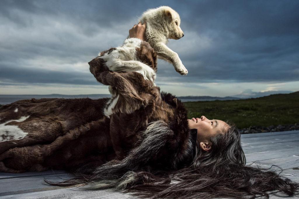 Вожак собачьей стаи — особая ценность и гордость хозяина, посредник между ним и остальными собаками в упряжке. Его выбор и воспитание — дело непростое. Хороший вожак отличается отменным чутьем и идеально ориентируется в пространстве, даже в темноте он не поведет нарты по снежному наддуву, под которым пустота. Его выбирают вскоре после рождения, когда щенки еще слепые, и обучают на протяжении двух лет. Фото: предоставлено АНО «Общественный продюсерский центр»/Олег Зотов/Ида Ручина