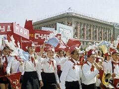 Пионеры на демонстрации в СССР