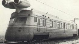 Сейчас весь мир в ожидании уникального поезда Маска. А вот в 70-е годы прошлого века по СССР уже колесил реактивный ЭР22. Он мог развивать скорость 250 км/ч. Сколько планов нес в себе этот чудо-вагон с авиадвигателями.