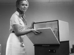 Даже сейчас не у всех. А тогда была! Посудомоечная машина «Стауме-2», производилась в Латвийской ССР, 1972 год. (Фото: © РИА Новости)