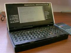 Еще один советский ноутбук – «Электроника МК-106» – микрокалькулятор/микро ЭВМ. Планировался к выпуску на ульяновском заводе «Искра» в 1991 г. ОЗУ – 32 КБайт. (Фото: Сергей Фролов / leningrad.su)