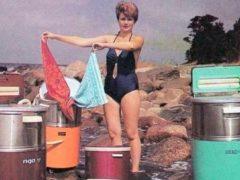 Вот так раньше стирали одежду с помощью машины «Рига 17», приходилось поработать, сейчас для стирки не нужно прикладывать усилий. (Фото: Public Domain)