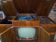 Комбинированную установку «Ленинград Т-3» выпускал ленинградский завод имени Козицкого. Установка содержит телевизор, радиоприемник и проигрыватель грампластинок. Год выпуска — 1948. (Фото: rw6ase.narod.ru)