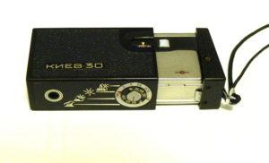 «КИЕВ 30» — карманная камера, которая помещалась в пачке сигарет, вполне можно использовать для шпионажа. (Фото: Wikipedia Commons / CC-SA 4.0