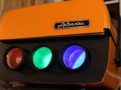 Цветной видеопроектор «Аквилон» разработан в МФТИ и выпускался ограниченной серией с 1991 года. Очень редкий прибор. Собран на трех кинескопах высокой яркости производства TESLA. (Фото: Игорь Емельянов rw6ase.narod.ru)